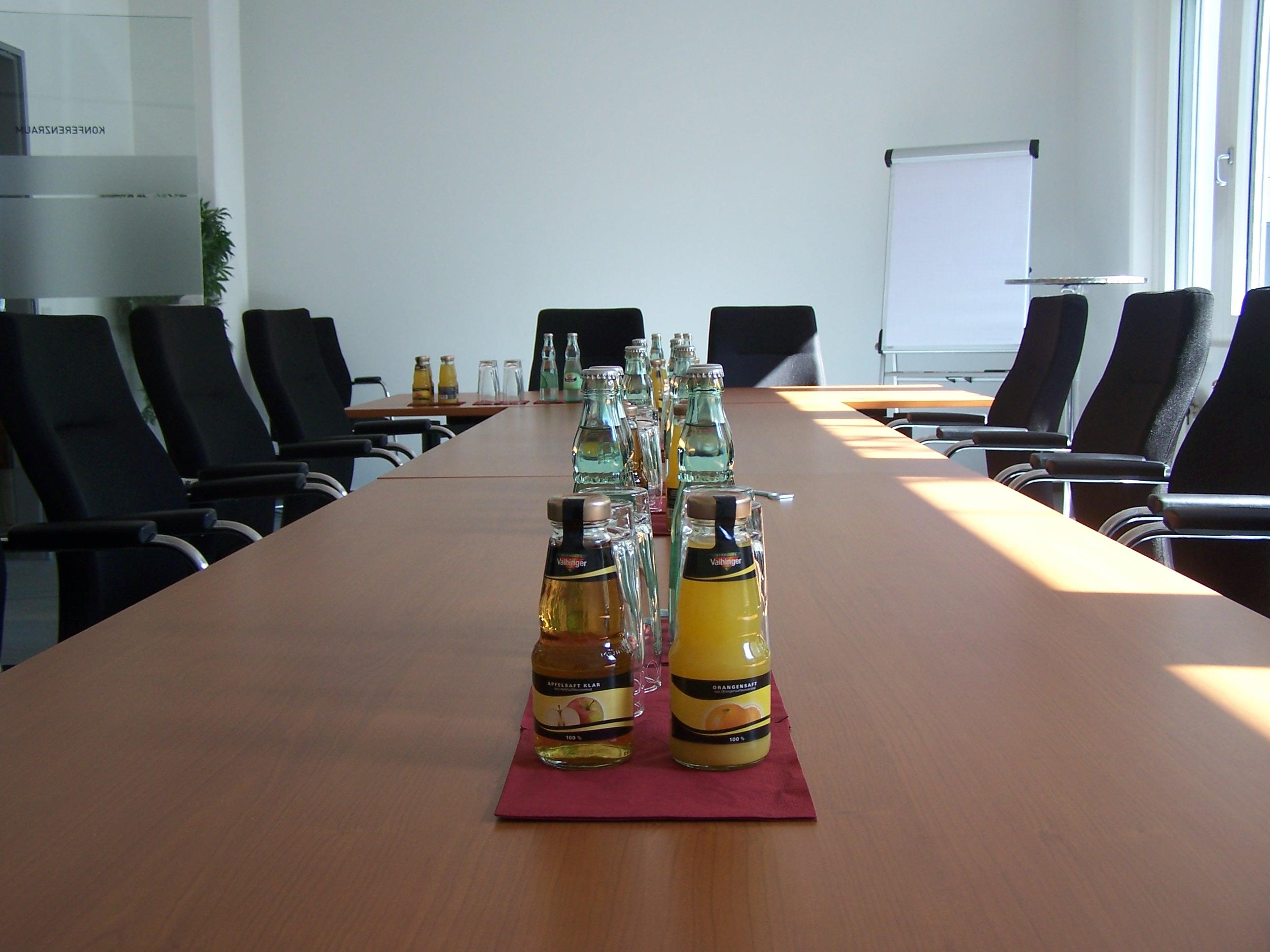 Lange Tafel mit Tagungsgetränken
